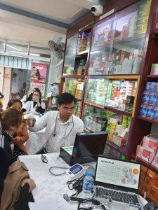Bác sĩ Vương Chiến kham, tư vấn và điều trị da cho người dân tại Nam Định.